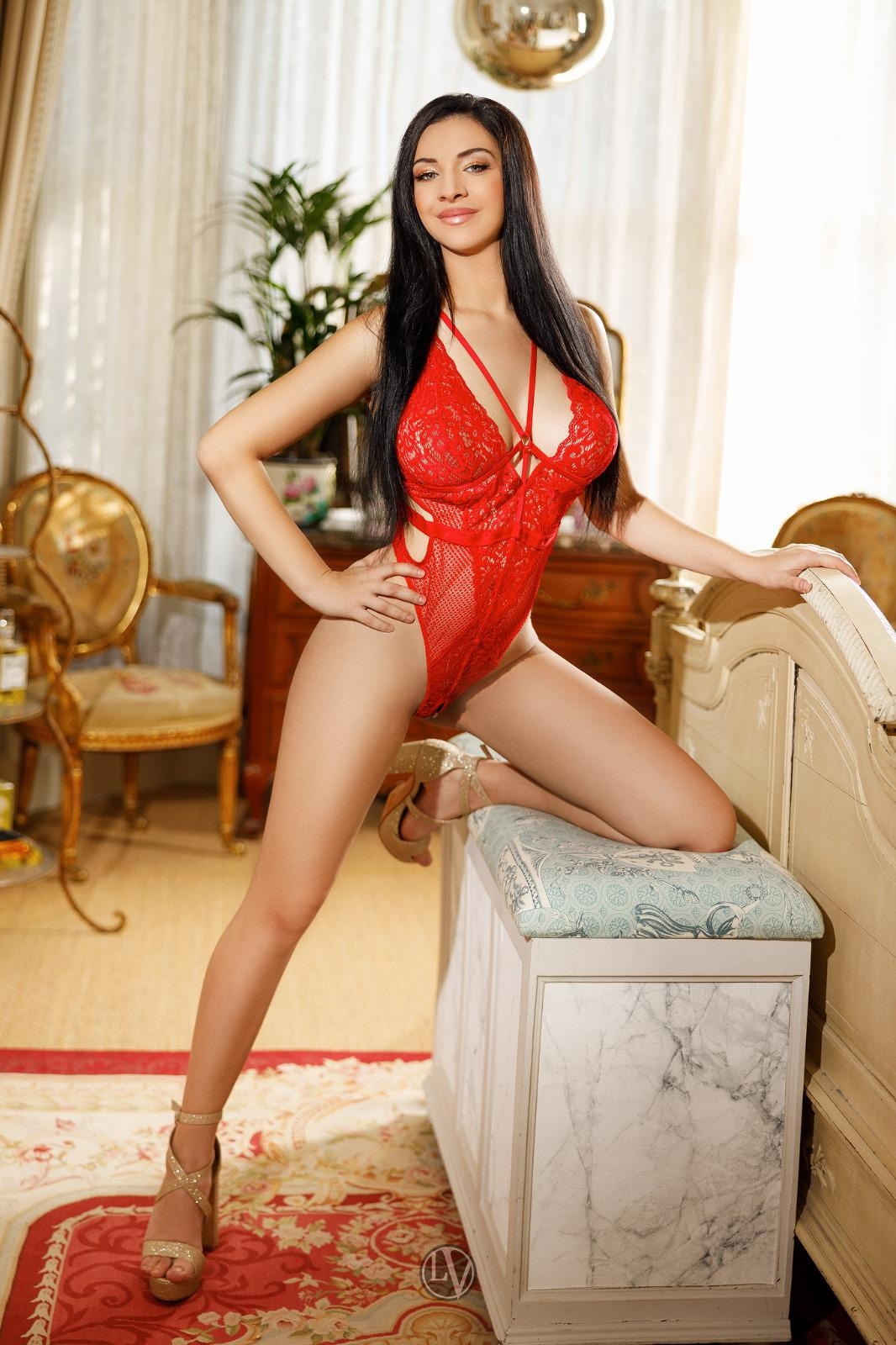 Sweet London escort Shelby showing off her gorgeous toned figure
